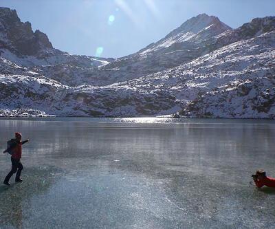 Buz tutan gölde yürüyüş yaptılar