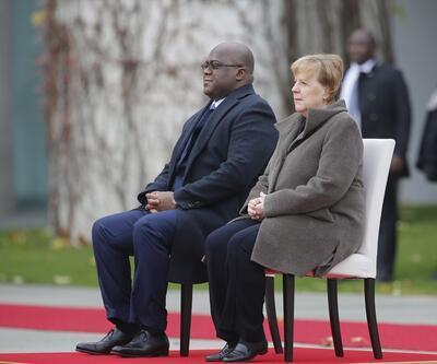 Dikkat çeken görüntü... Merkel askeri töreni oturarak izledi