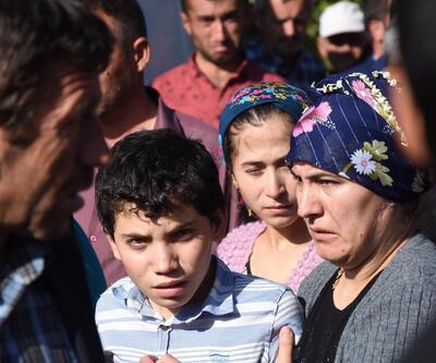 Son anda kurtulan Yasin, katledilen ailesinin cenazesinde güçlükle ayakta durdu