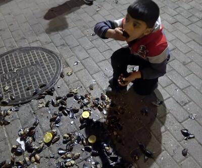 Seyyar satıcılar zabıta ekiplerine saldırdı, çocuklar yere dökülen midyeleri yedi
