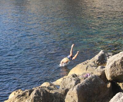 Burası bir tatil beldesi değil! Kasım ayında denize girdiler