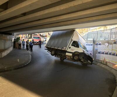 İstanbul'da şaşırtan görüntü... Kamyonet alt geçide böyle sıkıştı