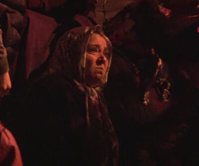 Gözyaşları içinde yanan evini izledi, komşuları teselli etti