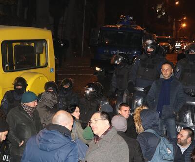 Gürcistan karıştı! Parlamentoyu kuşattılar