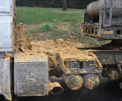 Hafriyat kamyondaki toprak aracın üzerine döküldü