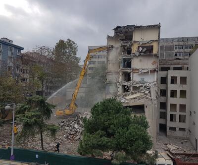Depremde hasar gören diş hekimliği binasında yıkım başladı