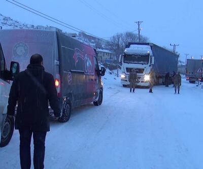 Buz tutan yolda kayan 2 TIR yolu ulaşıma kapattı