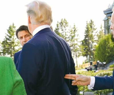 Dünya bu kareyi konuşuyor: Trump'ın sırtına 'silah dayadı'