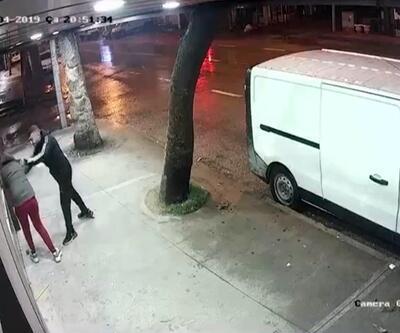 Sokak ortasında kız arkadaşını dövdü