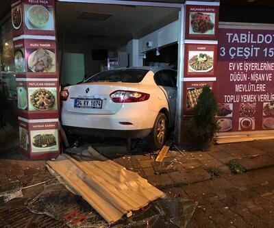 İstanbul'da korkutan kaza: Otomobil lokantaya girdi