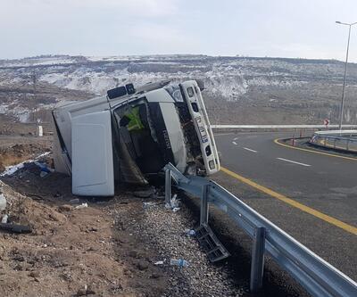 Su yüklü kamyon kontrolden çıktı: 2 yaralı