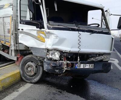 Otobüs ile kamyonet çarpıştı: 2 yaralı