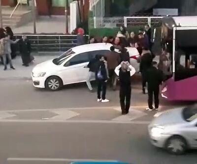 Hatalı park edilen otomobili vatandaşlar, yerinden kaldırarak yoldan çekti