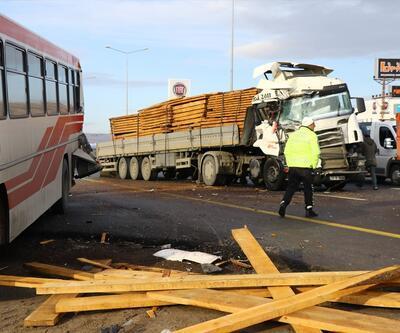 TIR durakta bekleyen belediye otobüsüne çarptı: 11 yaralı