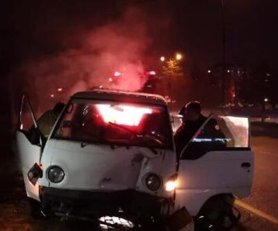 Virajda kontrolden çıkan kamyonet direğe çarptı: 1 yaralı