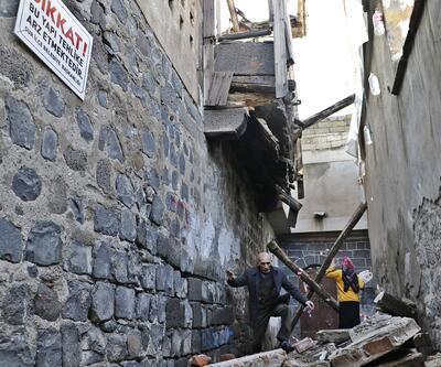 2 katlı tarihi evdeki çökmeyi deprem sandılar