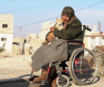 """""""Kedilerin annesi"""" İdlib'deki bombardımandan tekerlekli sandalyesiyle kaçtı"""