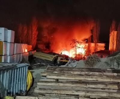 Ataşehir'de yangın: Alevler geceyi aydınlattı