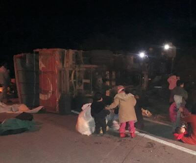 Düzensiz göçmenleri taşıyan kamyon devrildi: Çok sayıda yaralı var