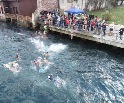 Buz gibi havada Boğaz'da yüzdüler