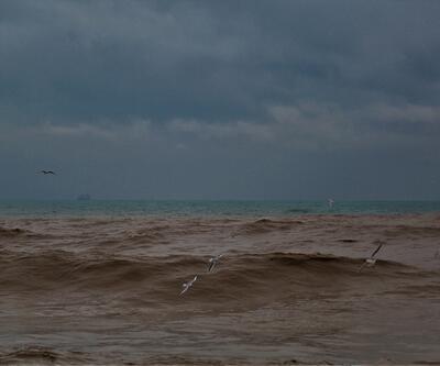 Yağmur nedeniyle Mersin'de denizin rengi değişti