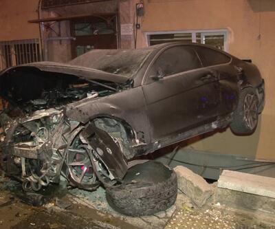 Kaza yapan araç bina boşluğunda asılı kaldı