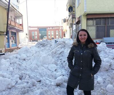 Kadın belediye başkanı greyderle ilçe meydanının karını küredi