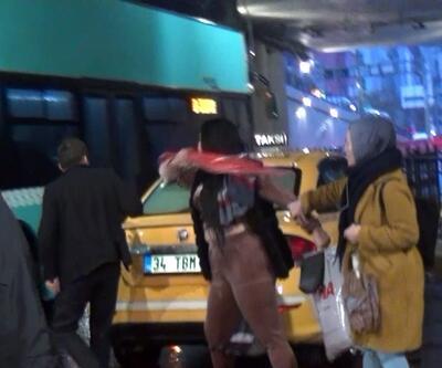 Taksim'de turist ile taksicinin şemsiyeli kavgası kamerada