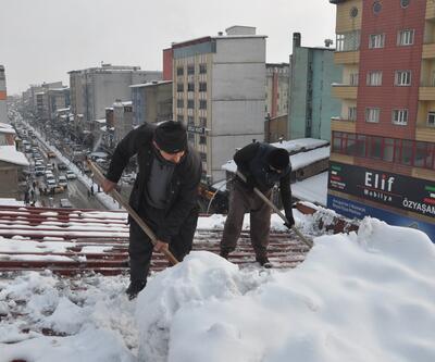 Can güvenliği olmadan metrelerce yüksekte kar kürüyorlar