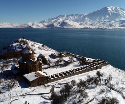 Akdamar'da kış güzelliği! Ziyaretçi akınına uğruyor