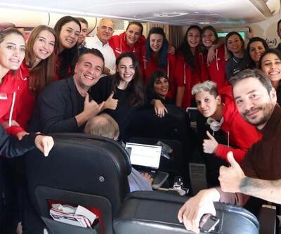 Baba Parası oyuncularından uçakta kutlama