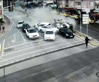 Devrilen vinç kırmızı ışıkta bekleyen arabaları biçti