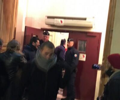 Göstericiler macron'un bulunduğu salonu bastı