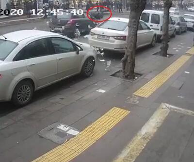 Cezayı engellemek için koşan sürücüye otomobil çarptı; paralar yola saçıldı