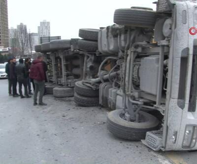 TEM'de kamyon devrildi! Trafikte uzun kuyruklar oluştu