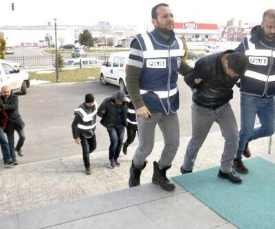 Telefonlu dolandırıcılar polisten kaçarken altınları yola attılar