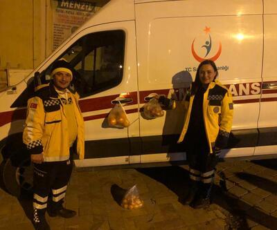 Deprem bölgesinde, ambulans kapısına meyve poşeti astılar