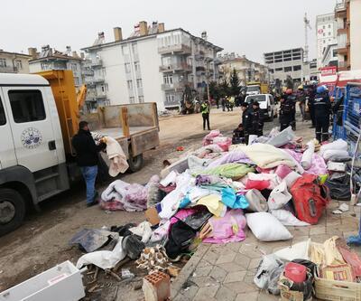 Sürsürü Mahallesi'nde enkazdaki eşyalar çıkarılıyor