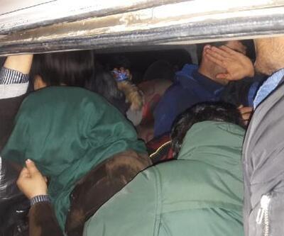 Ayvacık'ta, 9 kişilik panelvandan 22 kaçak göçmen çıktı