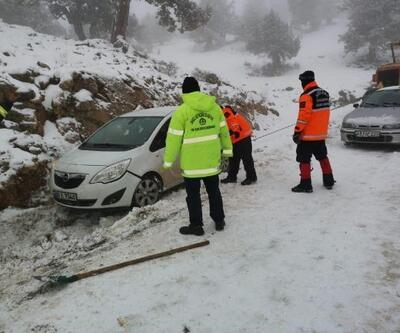 Kayak merkezinden dönerken yolda kalanları ekipler kurtardı