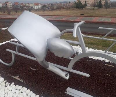 Keşan'da, bisikletli heykellere zarar verildi