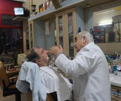 150 yıllık aletlerle müşterilerini tıraş ediyor