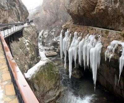 Doğa harikası Şuğul Kanyonu'nda dev buz sarkıtları oluştu