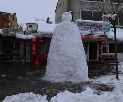 Vartolu esnaf 2 metrelik kardan adam yaptı