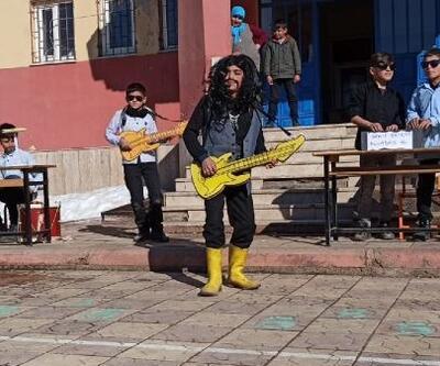Öğrenciler, Barış Manço'yu doğum gününde şarkılarıyla andı