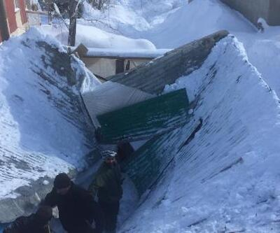 Yüksekova'da kar yağışı nedeniyle ahır çöktü