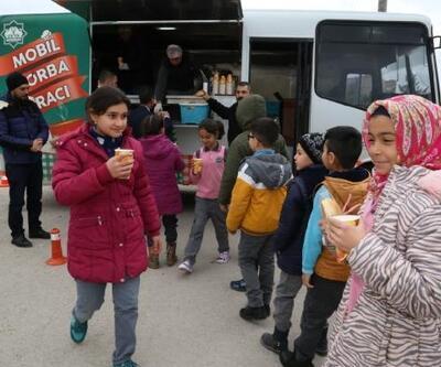 Aksaray Belediyesi'nin mobil çorba aracı öğrencilere çorba dağıttı