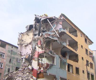 5,8'lik depremde hasar gören bina yıkılıyor