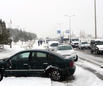 Van'da, buzlanan yolda zincirleme kaza: 4 yaralı