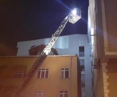Esenyurt'ta 4 katlı binanın çatı parçaları sokağa uçtu